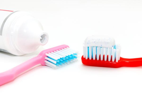 eliminare i punti neri con spazzolino e dentifricio fa male