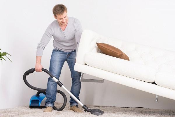 Fare le pulizie in casa rende felici gli uomini