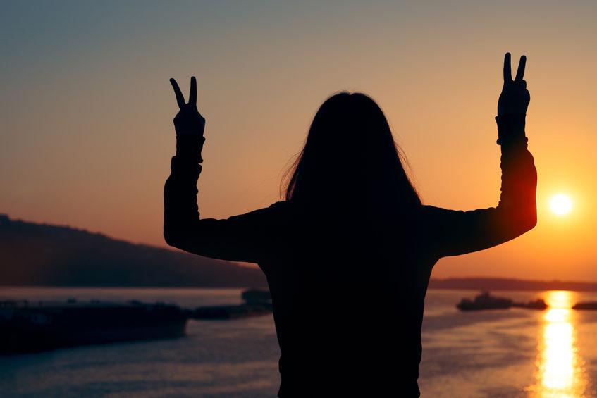 Tutti noi possediamo una energia spirituale interiore capace di influenzare il nostro benessere e possiamo imparare a recuperarla attraverso dei riti attivi. L' energia spirituale interiore non è un'illusione e nemmeno una stregoneria, essa rappresenta un potenziale naturale contro stress, ansia, difficoltà di concentrazione, affaticamento e depressione (ovviamente qui non si fa riferimento a condizioni di depressione cronica, grave o maggiore, quanto piuttosto a quelle più comuni stati di mal di vivere che possono interessare tutti). In una massima sintesi, possiamo definire l'energia spirituale interiore come quel fuoco che ci arde dentro e che, persino al minimo delle nostre forze, si conserva anche sotto la cenere come una scintilla vitale. I riti attivi per recuperare l' energia spirituale interiore. I riti attivi non vanno confusi con false credenze e rituali magici o para-religiosi, nulla di tutto questo interesserà queasto scritto. Qui per rituale bio-energetico e attivo intendiamo intendiamo un fattivo percosso di ripristino del personale equilibrio. Ogni individuo sta bene quando è in pace con se stesso ed è in pace quando sta in equilibrio, ovvero quando la sua tenuta interiore è più forte delle aggressioni esterne. Ci fanno da scudo la stabilità emotiva e il raziocino che, però, pretendono una buona soddisfazione di vita. Spesso le circostanze del vivere comune rompono questo equilibrio e le crisi che ne discendono possono essere più o meno acute con maggiore o minore difficoltà a recuperare il proprio stato di pace. I riti attivi coadiuvano questo recupero. In quest'ottica, i riti attivi per il recupero della energia spirituale interiore possono essere visti come il momento della pace. Vi invito, soprattutto se avete dei pregiudizi verso i riti di riequilibrio interiore, a ripensare al rito secondo le credenze degli antichi che nelle pratiche rituali dovevano trovare quel conforto che la scienza moderna oggi dà ad ognuno di noi a mezzo di certezze allor